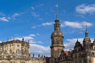 ドレスデン街並み 宮廷教会とレジデンツ城の写真素材 [FYI01712589]