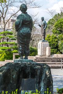 知覧平和公園に建つ母の像後ろ姿とあい向かう特攻勇士の像の写真素材 [FYI01712590]