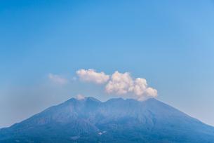 雲かかる桜島の写真素材 [FYI01712599]