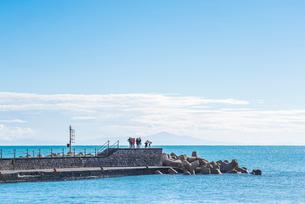 遠くに霞む山並みを見るアマルフィ桟橋風景の写真素材 [FYI01712614]