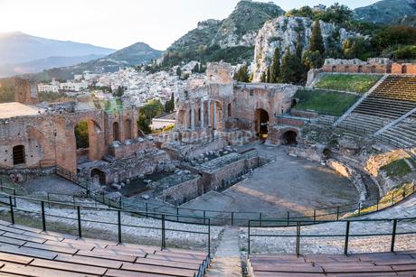 エトナ山とタオルミーナの街並みを背景に見るギリシャ劇場の写真素材 [FYI01712626]