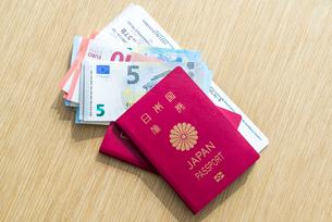 ユーロ札とパスポートと搭乗券の写真素材 [FYI01712637]