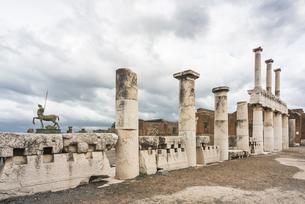 列柱を見るポンペイ遺跡の写真素材 [FYI01712660]