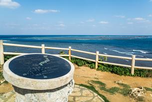 青い海を背景に見る東平安名崎からの距離表示板の写真素材 [FYI01712661]