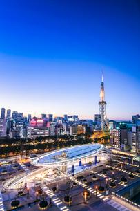 オアシス21越しに名古屋テレビ塔を見る夕景の写真素材 [FYI01712665]