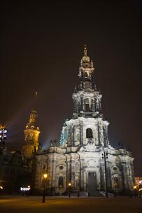 ドレスデン街並み 宮廷教会夜景 冬の写真素材 [FYI01712666]