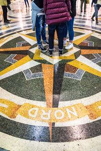 ウンベルト1世ガッレリア中央の大理石モザイク装飾床面に立つ人達の写真素材 [FYI01712680]