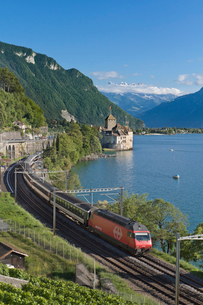 スイス レマン湖畔 シオン城とスイス国鉄急行列車の写真素材 [FYI01712684]