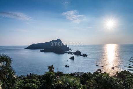 夕日に輝く東シナ海に沖秋目島を見るの写真素材 [FYI01712696]