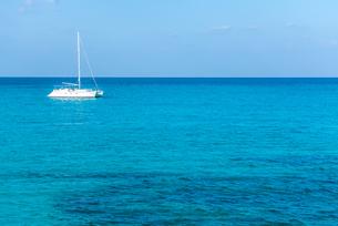 1艇のヨットが浮かぶ真っ青な海の写真素材 [FYI01712709]