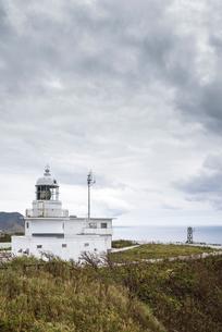 日本海を望む龍飛埼灯台を見る風景の写真素材 [FYI01712714]
