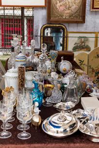 ヴァンヴの蚤の市で売られているガラス類の写真素材 [FYI01712751]
