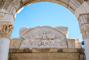 エフェソス遺跡ハドリアヌス神殿アーチ門越しに見るメドゥーサのレリーフ像の写真素材 [FYI01712777]