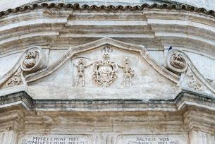 骸骨のレリーフを見るプルガトリオ教会ファサード入り口上部の写真素材 [FYI01712778]