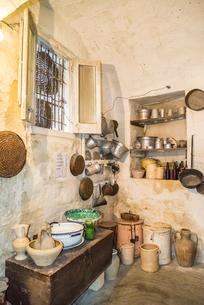 マテーラ洞窟住居当時再現の室内風景の写真素材 [FYI01712788]