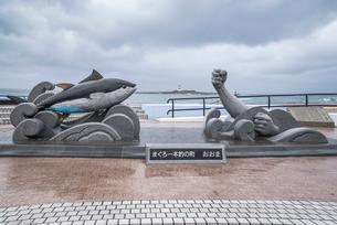 大間埼灯台を遠くに見るマグロ一本釣りのモニュメントの写真素材 [FYI01712790]