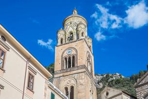アマルフィ大聖堂鐘楼を見上げるの写真素材 [FYI01712798]