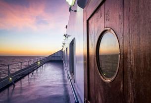 フェリーデッキ越しに地中海の朝焼けを見るの写真素材 [FYI01712801]
