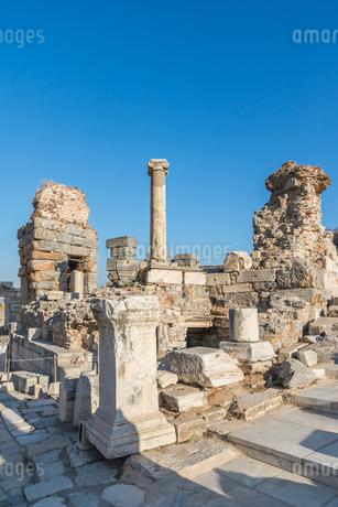 エフェソス遺跡イオニア式柱を見る風景の写真素材 [FYI01712818]