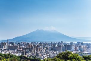 鹿児島市街地と桜島を望むの写真素材 [FYI01712853]
