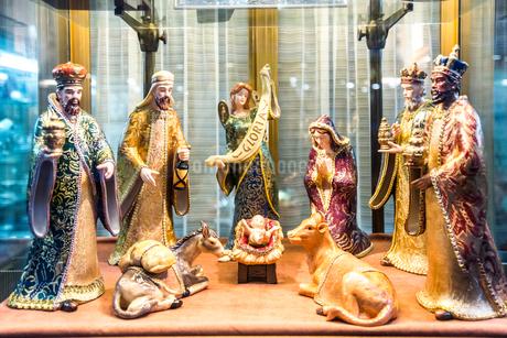 ウィンドウディスプレイされたキリスト降誕人形の写真素材 [FYI01712856]