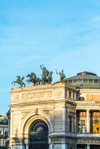 アーチ門に2輪馬車のブロンズ像を見るポリテアマ劇場の写真素材 [FYI01712872]