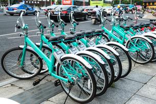 道路沿いの歩道に並ぶレンタル自転車の写真素材 [FYI01712898]