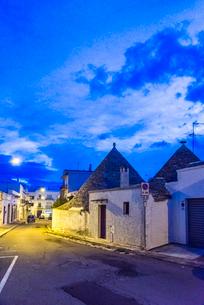 薄明のトゥルッリを見る町並みの写真素材 [FYI01712915]