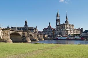 ドレスデン街並み エルベ川や宮廷教会などの写真素材 [FYI01712929]