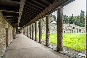 ポンペイ遺跡劇場広場に面する柱廊風景の写真素材 [FYI01712949]