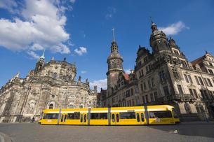 ドレスデン街並み 宮廷教会とレジデンツ城とトラムの写真素材 [FYI01712978]