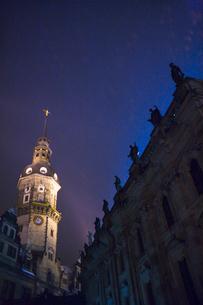 ドレスデン街並み 宮廷教会とレジデンツ城の夜景 冬の写真素材 [FYI01713027]