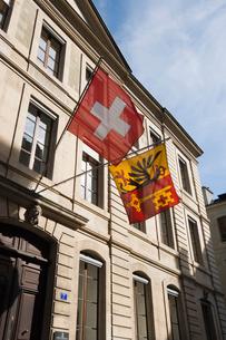 スイス ジュネーブ 旧市街 スイスとジュネーブの旗の写真素材 [FYI01713028]