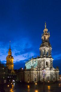 ドレスデン街並み 宮廷教会とレジデンツ城の夜景 冬の写真素材 [FYI01713029]