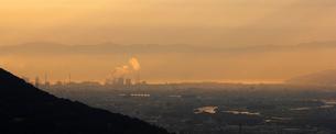和歌山市夕景 背後に淡路島の写真素材 [FYI01713077]