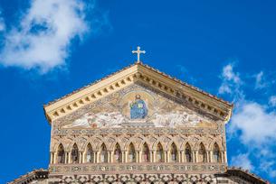 アマルフィ大聖堂壁画と十字架を見るファサード上部の写真素材 [FYI01713078]