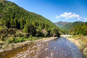 山々の中を流れる板取川の写真素材 [FYI01713207]