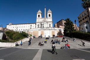 ローマ、スペイン広場のテラスとトリニタ・ディ・モンティ教会の写真素材 [FYI01713252]