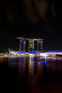 シンガポール夜景、青く輝くマリーナベイの写真素材 [FYI01713272]