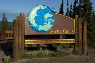 北緯66度33分北極圏の案内板の写真素材 [FYI01713295]