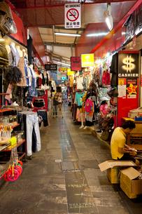 シンガポール ブギスストリート内部と喫煙マークの写真素材 [FYI01713329]