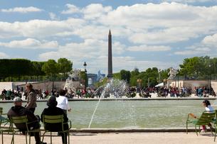 パリ チュイルリー公園の噴水の写真素材 [FYI01713365]