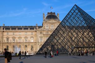 パリ ルーブル美術館とガラスのピラミッドの写真素材 [FYI01713387]