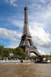 セーヌ川から望むエッフェル塔の写真素材 [FYI01713430]