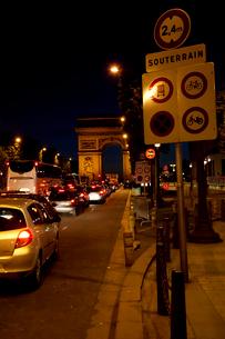 パリ 夜のシャンゼリゼ通りの写真素材 [FYI01713450]