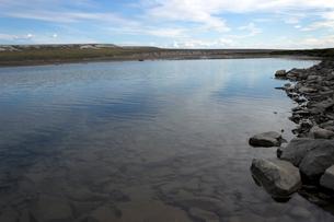アラスカ 北極圏の湿地帯(WETLAND)を流れる川の底の写真素材 [FYI01713468]
