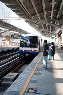 バンコク パヤータイ駅BTS(高架鉄道)乗り場の写真素材 [FYI01713501]
