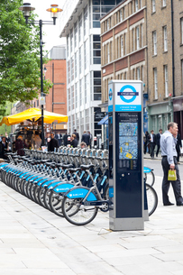 ロンドンの青い貸し自転車の写真素材 [FYI01713527]