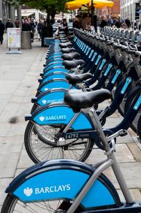 ロンドンの青い貸し自転車の写真素材 [FYI01713532]