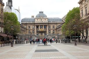 パリ裁判所 Palais de Jusitceとリュテス通りの写真素材 [FYI01713539]